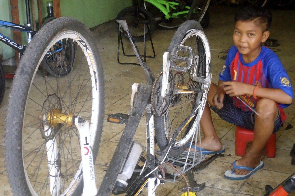 Getting my bike fixed for 2$, in Lombok, Indonesia.